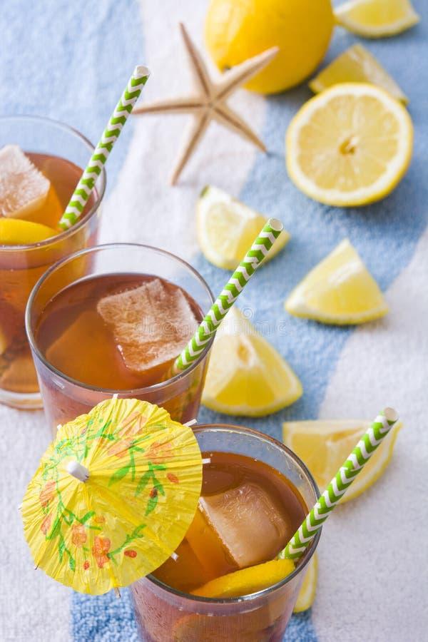 Refresque o chá de gelo com o limão na toalha do verão fotos de stock royalty free