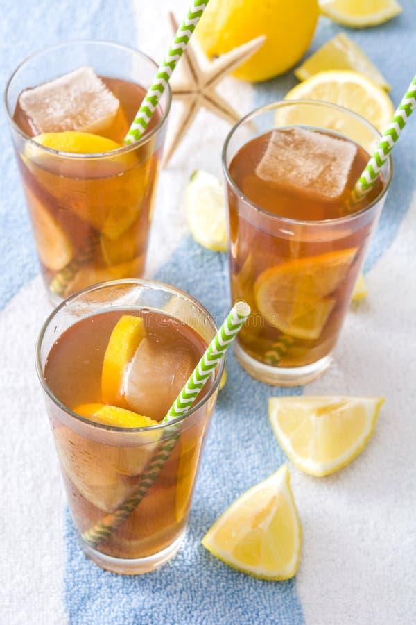 Refresque o chá de gelo com o limão na toalha do verão fotografia de stock