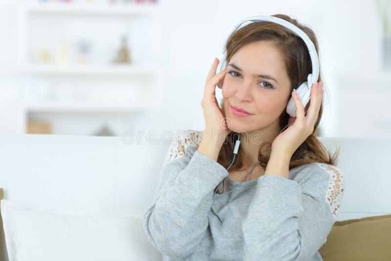 Refrigeração para fora à música em casa fotografia de stock royalty free