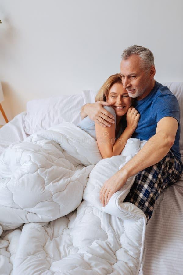 Refrigeração relaxado do sentimento dos homens de negócios na cama na manhã imagens de stock royalty free