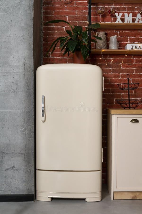 Refrigerador branco do estilo retro na cozinha do vintage fotografia de stock