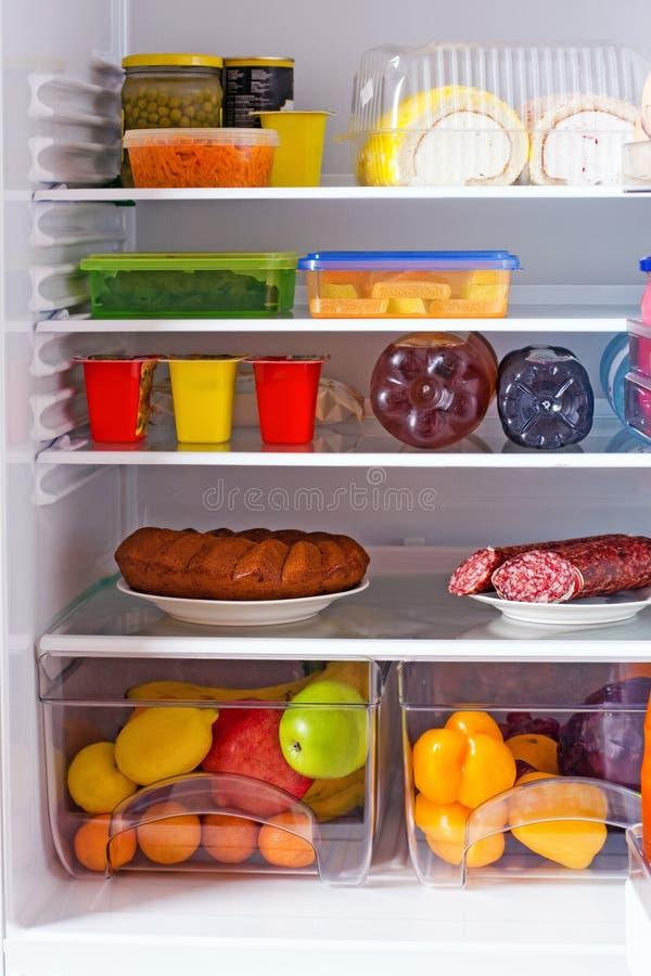 Refrigerador com alimento imagem de stock