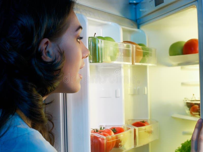 Refrigerador com alimento fotos de stock