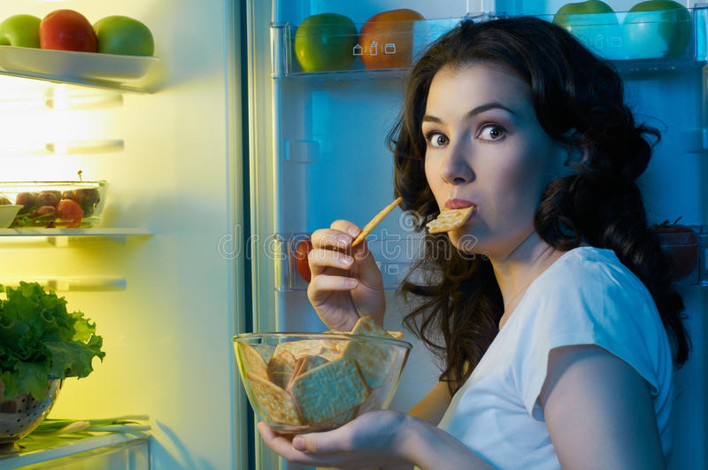 Refrigerador con el alimento imagenes de archivo