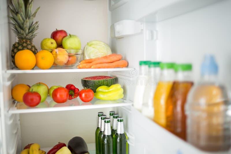 Refrigerador con la fruta y verdura fotos de archivo
