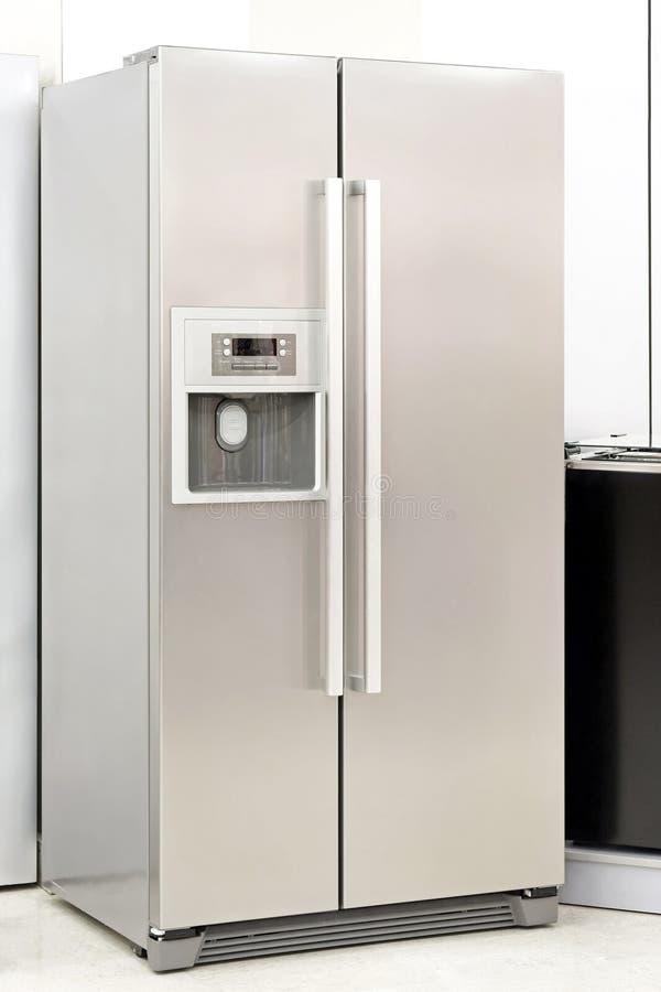 Refrigerador de prata imagem de stock royalty free