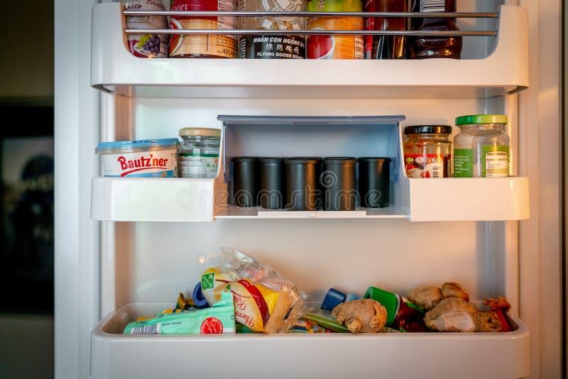 Refrigerador de un fotógrafo con los rollos de película análogos imágenes de archivo libres de regalías