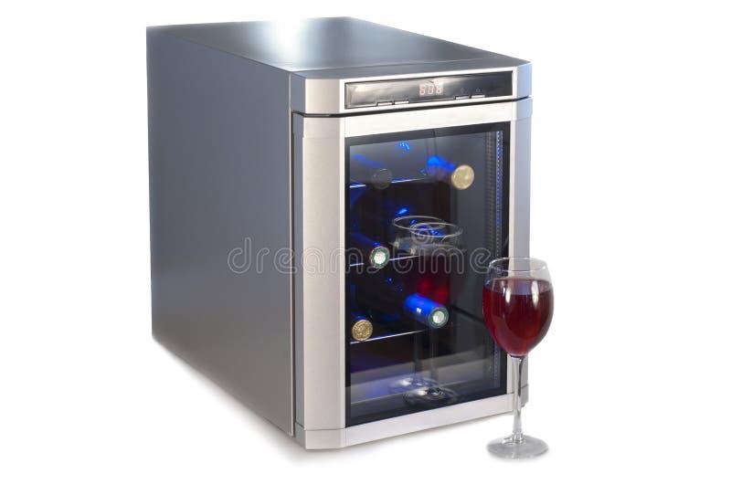 Refrigerador del vino y vidrio de vino rojo. imagen de archivo libre de regalías