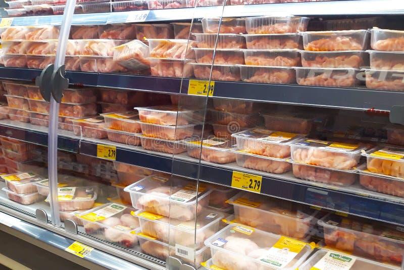 Refrigerador llenado de la carne del pollo en venta en supermercado alemán del discounter foto de archivo