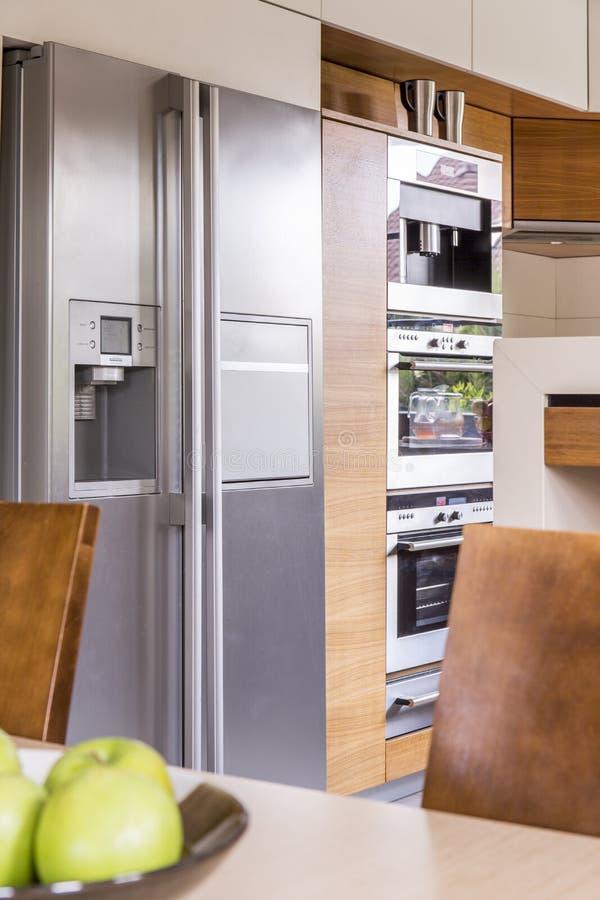 Refrigerador na cozinha fotos de stock