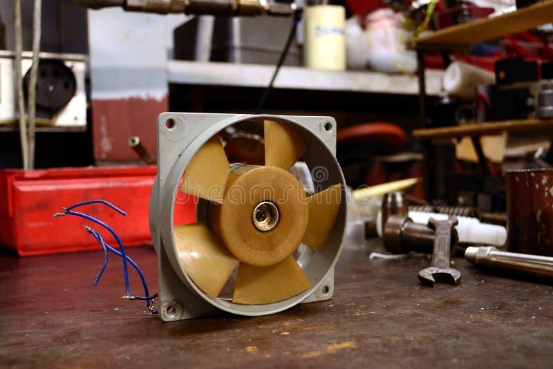 Refrigerador velho do ventilador. fotografia de stock royalty free