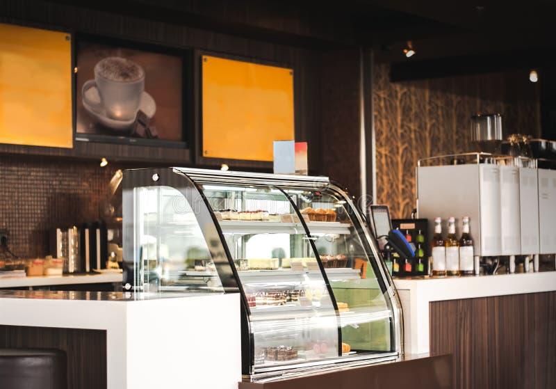 Refrigeradores da exposição do bolo no supermercado fino ou na cafetaria Conceito do interior do restaurante fotografia de stock royalty free