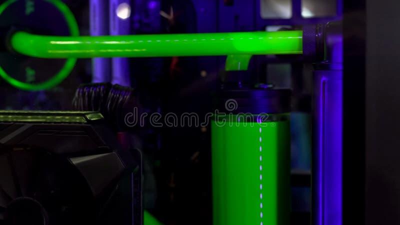 Refrigerar líquido, tecnologias da parte alta, água tóxica verde como o biohazard no laboratório fotografia de stock