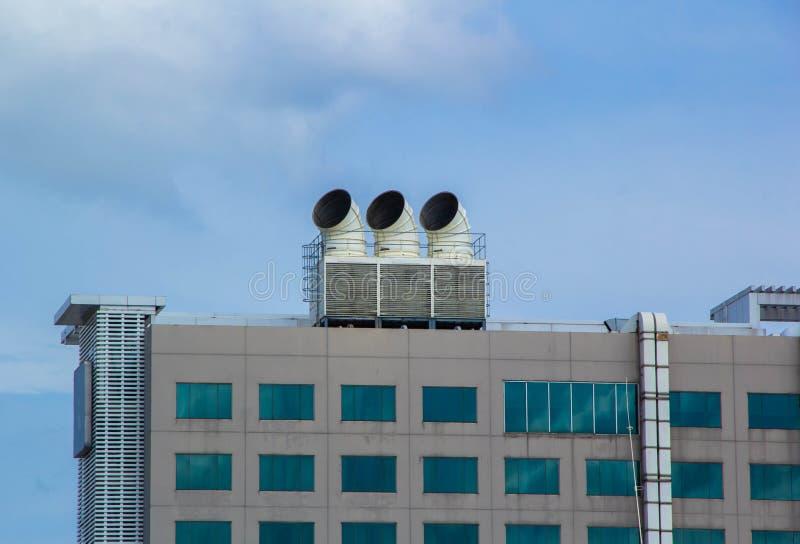 Refrigeratori dell'aria sulle unità del tetto del condizionatore d'aria fotografia stock libera da diritti