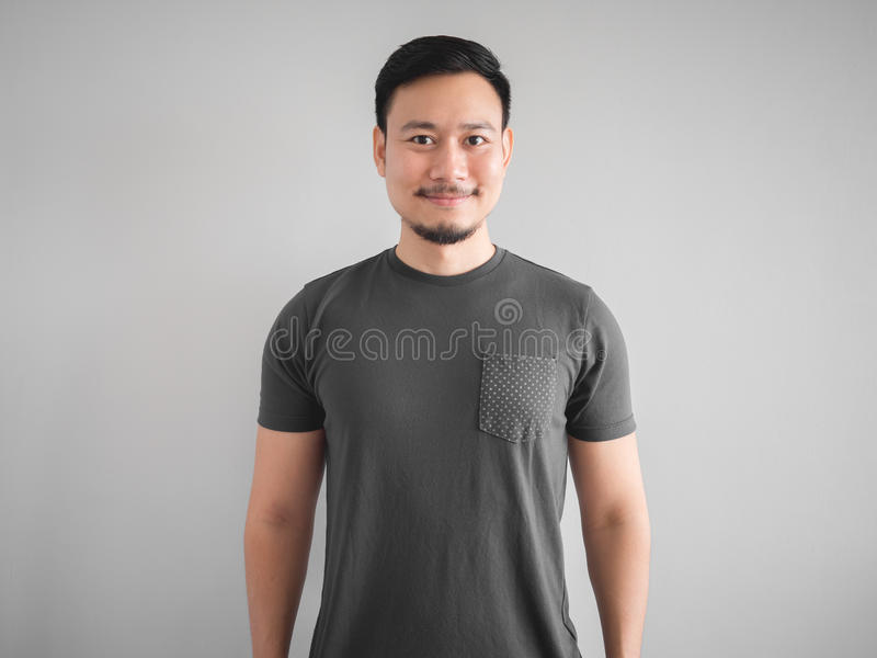 Refrigere a cara do sorriso e a pose do homem fotos de stock royalty free
