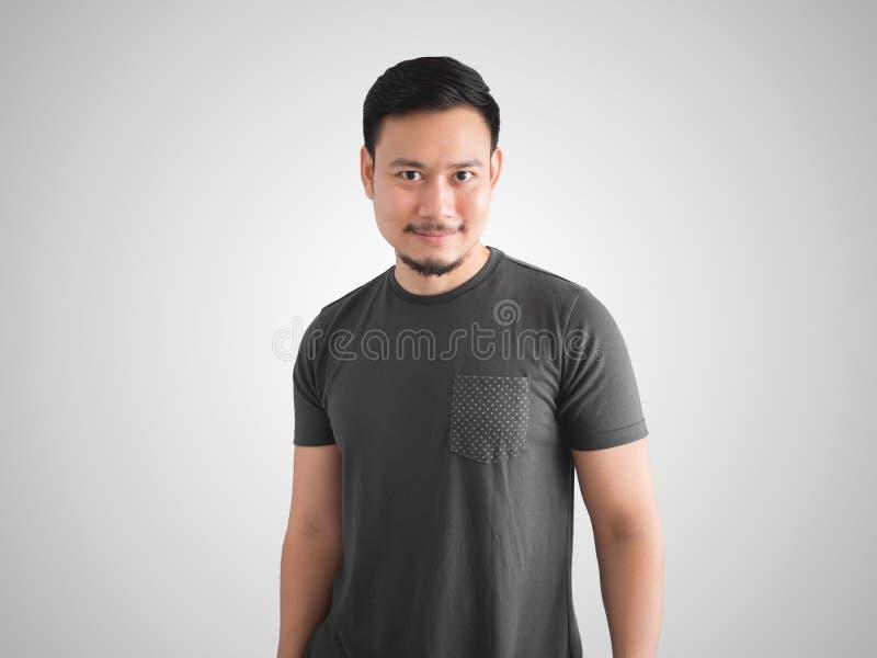 Refrigere a cara do sorriso e a pose do homem fotografia de stock
