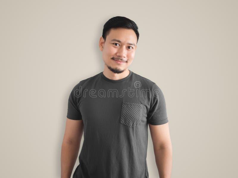 Refrigere a cara do sorriso e a pose do homem foto de stock royalty free