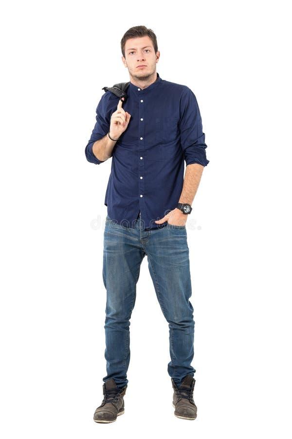 Refrigere o homem macho na roupa ocasional esperta que leva o revestimento sobre o ombro imagens de stock royalty free