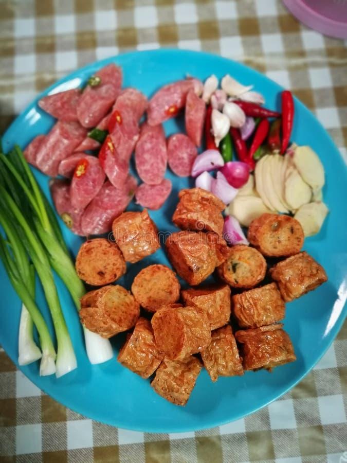 Refrigerios, bocado: rollo frito del pollo, salchicha, fotografía de archivo