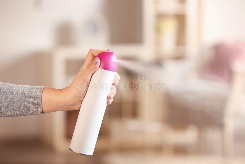 Refrogerador de ar de pulveriza??o da mulher em casa fotografia de stock