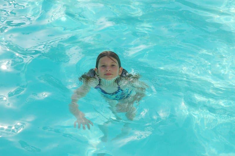 Refroidir dans la piscine photographie stock libre de droits