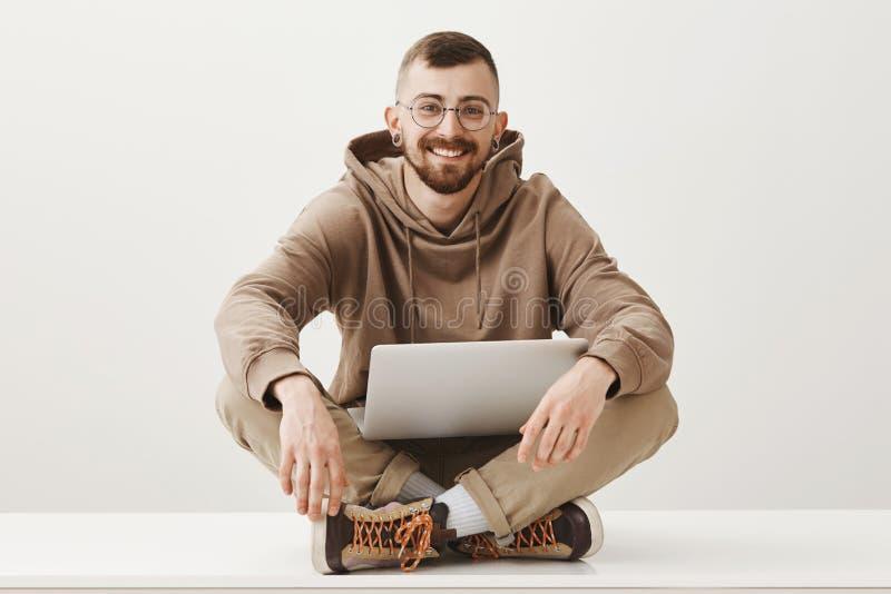 Refroidissant en parc, créant le nouveau livre et obtenir l'inspiration Portrait d'homme barbu bel créatif en verres image libre de droits