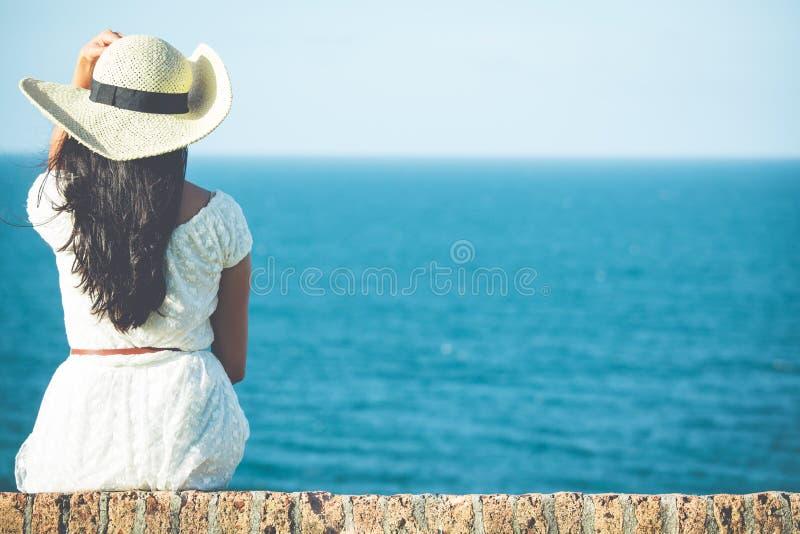 Refroidissement avec le chapeau par la mer photo libre de droits
