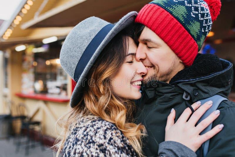 Refroidissement heureux de couples de portrait de plan rapproch? beau ext?rieur sur la rue le temps de No?l Moments romantiques,  image stock