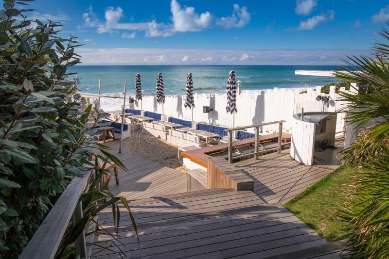 Refroidissez dans la barre sur la plage, Biarritz, France photos stock