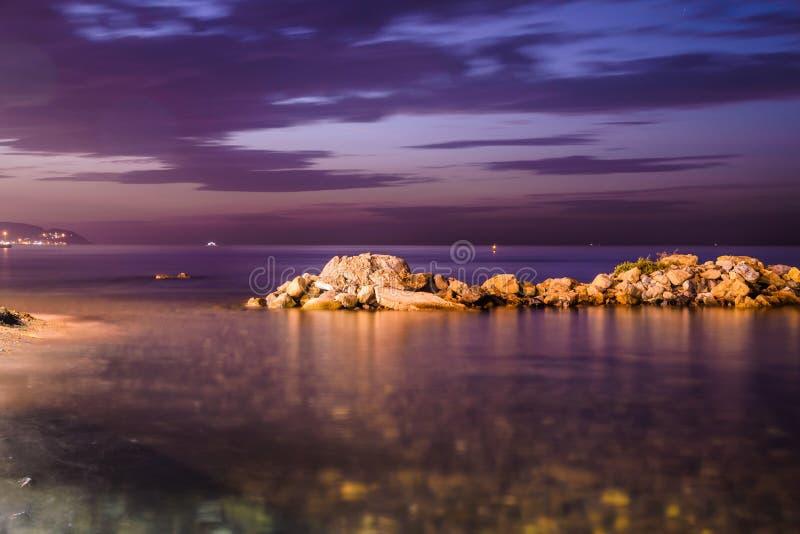 Refroidissez Rocky Shoreline Sunset photos stock