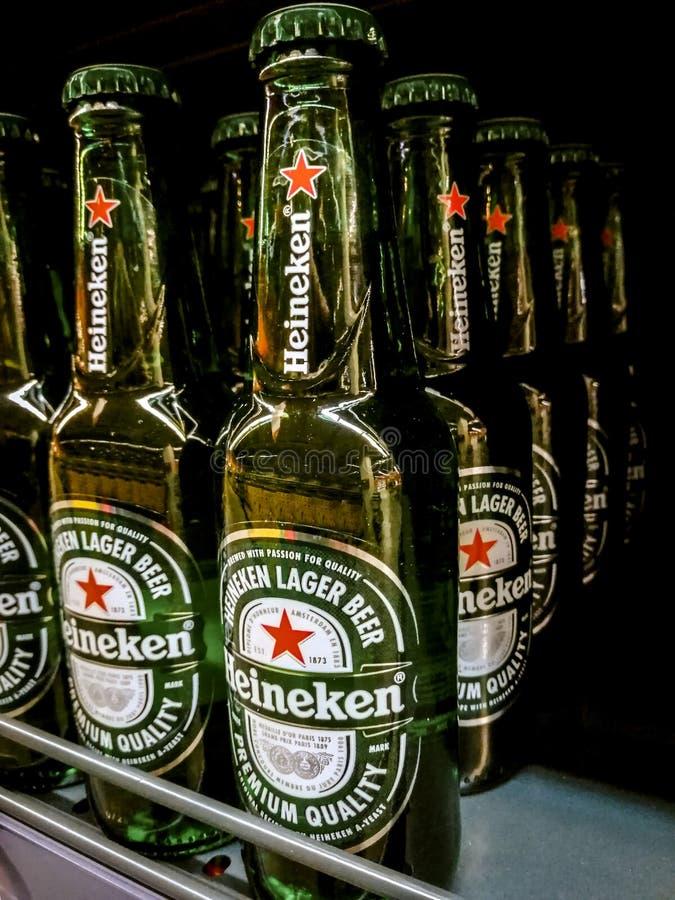 Refs d'épicerie avec des bouteilles de bières de Heineken photographie stock