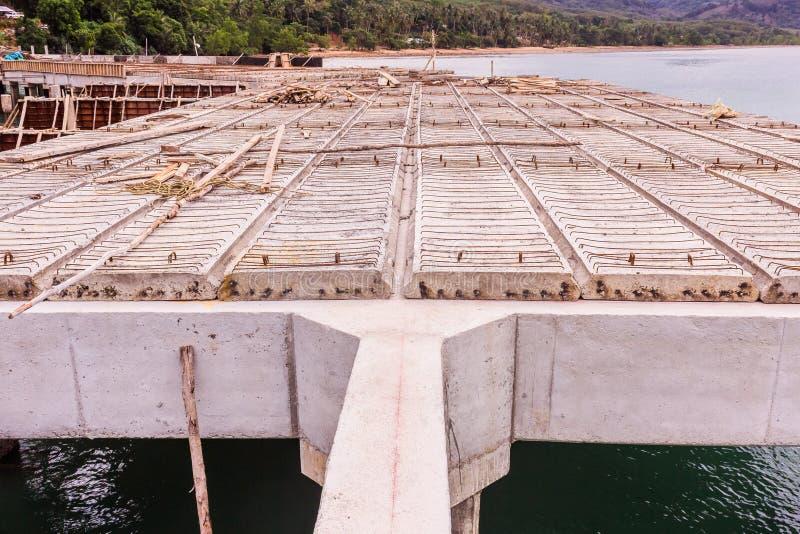 Refuerce los haces concretos y las losas prefabricadas del embarcadero inferior de la construcción fotos de archivo libres de regalías
