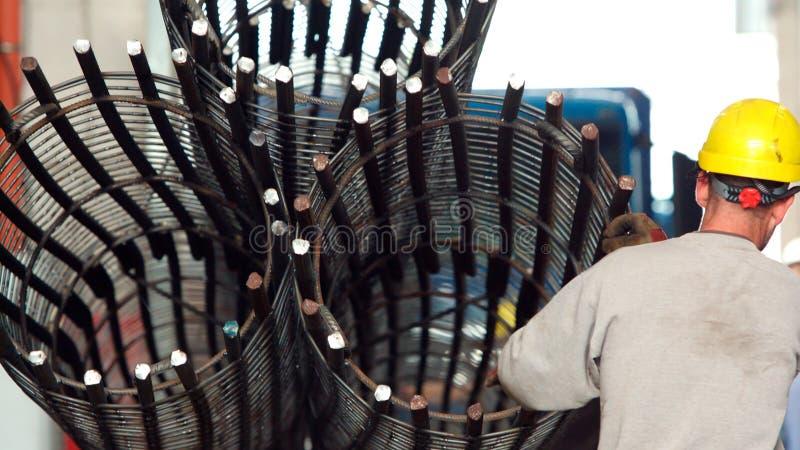 Refuerzo de columnas circulares apiladas de los trabajadores en la fábrica de metalurgia foto de archivo libre de regalías