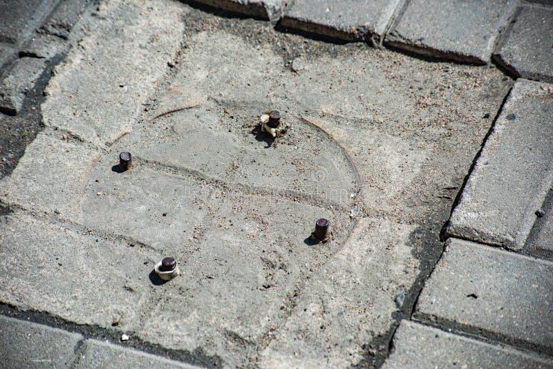 Refuerzo del lugar de la cerradura del pilar en el pavimento fotos de archivo