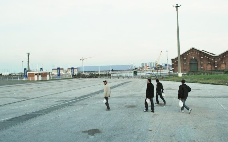 Refugges dans le port de Calais image stock