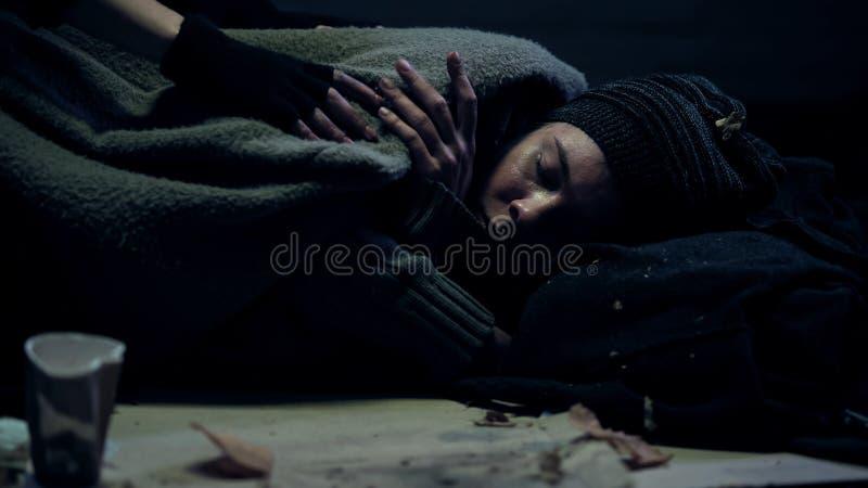 Refugiado que duerme en la calle debajo de la manta sucia, persona sin hogar, desempleo fotos de archivo libres de regalías