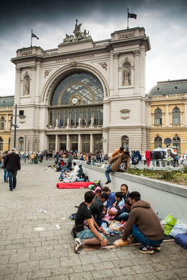 Refugiados de la guerra en el ferrocarril de Keleti fotos de archivo