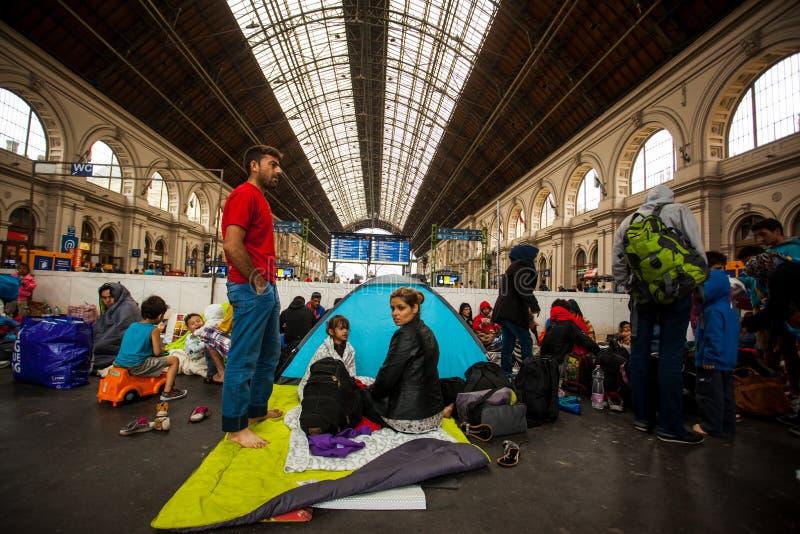 Refugiados de la guerra en el ferrocarril de Keleti imagenes de archivo