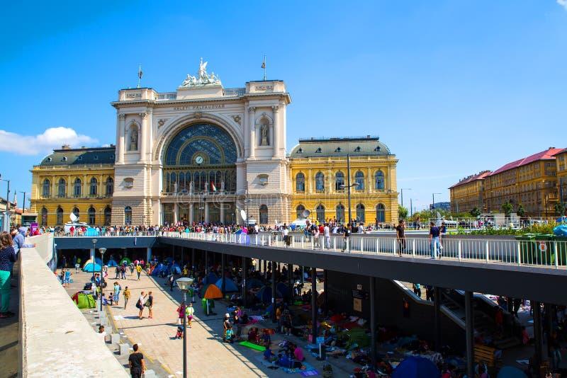 Refugiados delante de la estación de tren de Keleti en Budapest imagen de archivo