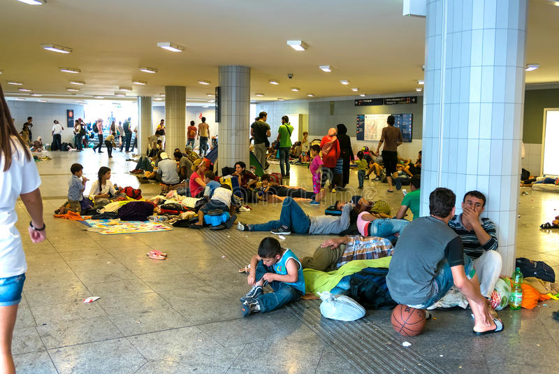 Refugiados que acampan en la estación de tren de Keleti en Budapest imagen de archivo libre de regalías