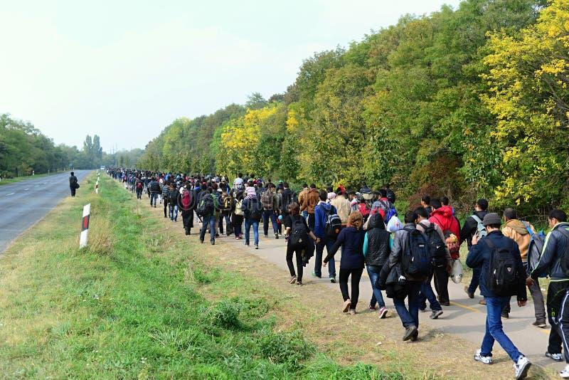 refugiados que salen de Hungría imagen de archivo