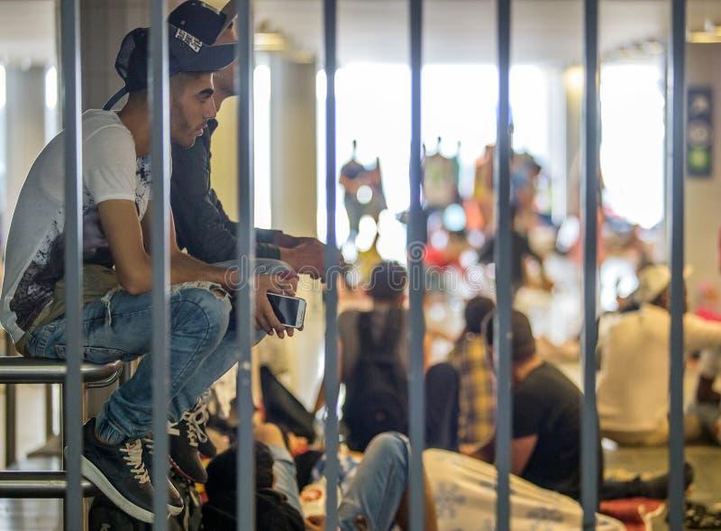 Refugiados sírios no estação de caminhos-de-ferro de Keleti em Budapest fotografia de stock royalty free