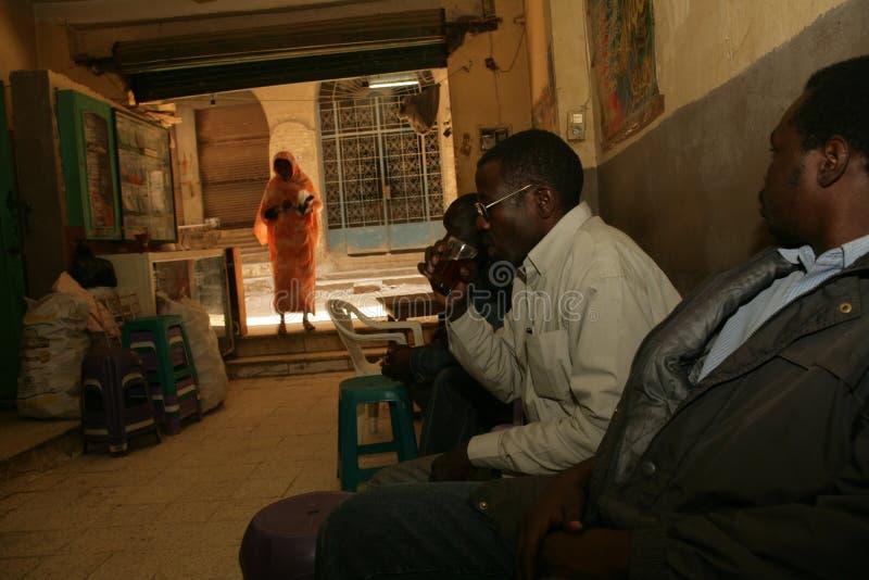 Refugiados sudaneses que penduram para fora em um restaurante em Cario. foto de stock