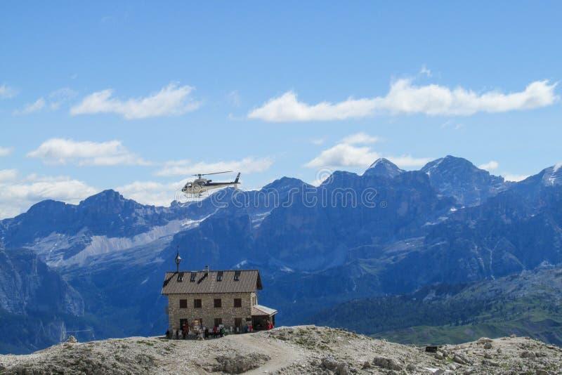 Refugio в Альпах и вертолете стоковая фотография