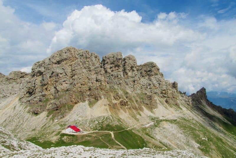 Refugio в горах горной вершины стоковые изображения