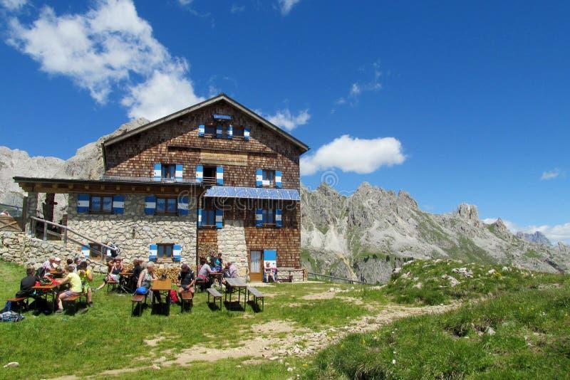 Refugio и ресторан в Альпах стоковая фотография