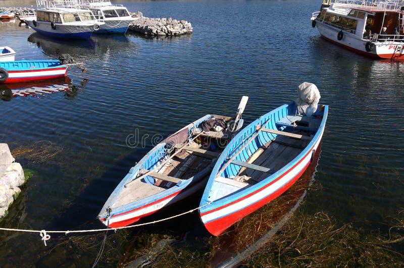 Refugio del barco en la pequeña isla de Taquile del puerto en el lago Titicac foto de archivo