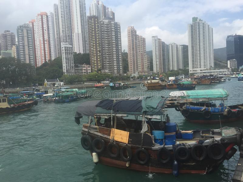 Refugio del tif?n de Aberdeen, horizonte de Hong-Kong imagen de archivo libre de regalías