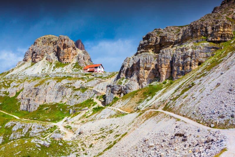 Refugio Lacatelli, красочное утро лета в Италии Альпах, Ci Tre стоковое фото rf