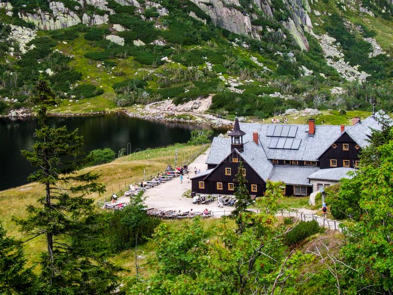 Refugio Samotnia de la montaña en Sudetes fotos de archivo